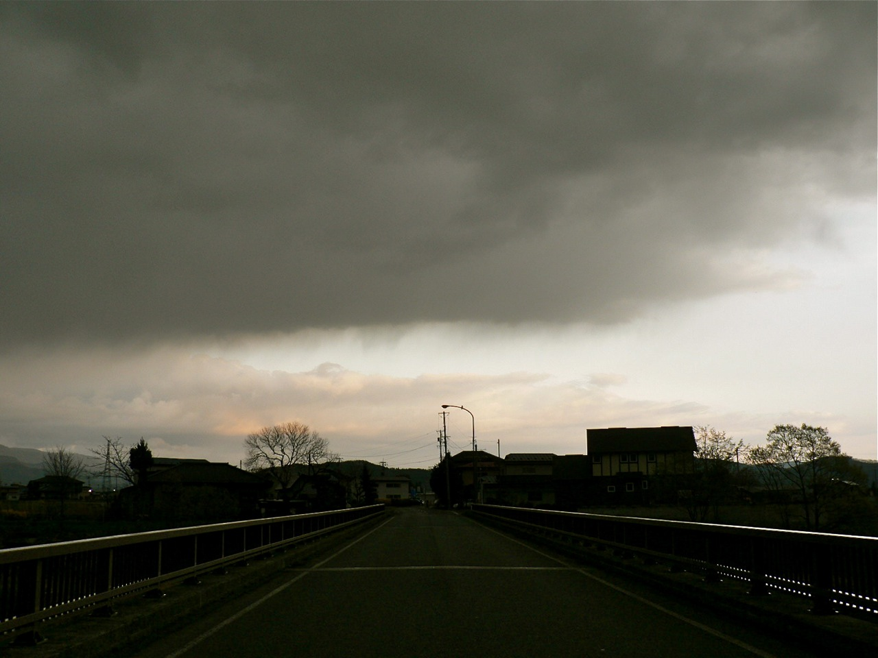 めまぐるしく変わる空模様を追ってみた_d0001843_19495532.jpg