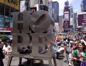 希望の彫刻がタイムズスクエアに登場! _b0007805_2246077.jpg