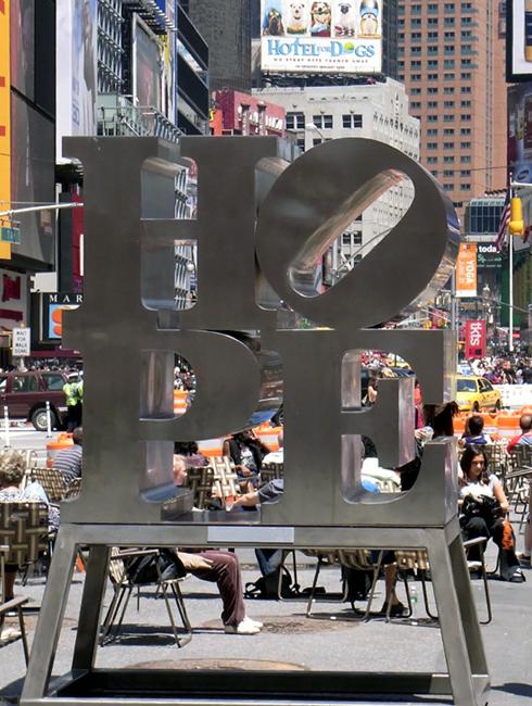 希望の彫刻がタイムズスクエアに登場! _b0007805_22464092.jpg