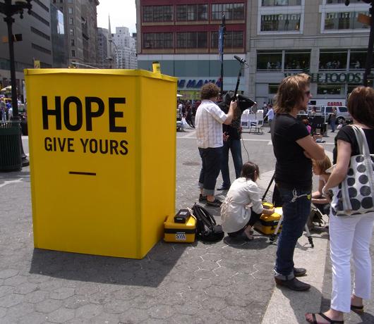 希望の彫刻がタイムズスクエアに登場! _b0007805_23374720.jpg