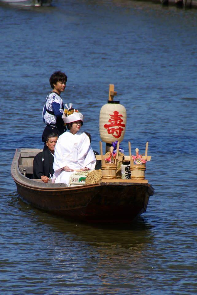 潮来花嫁さんは 潮来花嫁さんは 舟でゆく 月の出潮を ギッチラ ギッチラ... 潮来嫁入り舟 ・