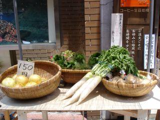 お野菜販売のお手製の机デビュー! & マコとパン_e0166301_14495065.jpg