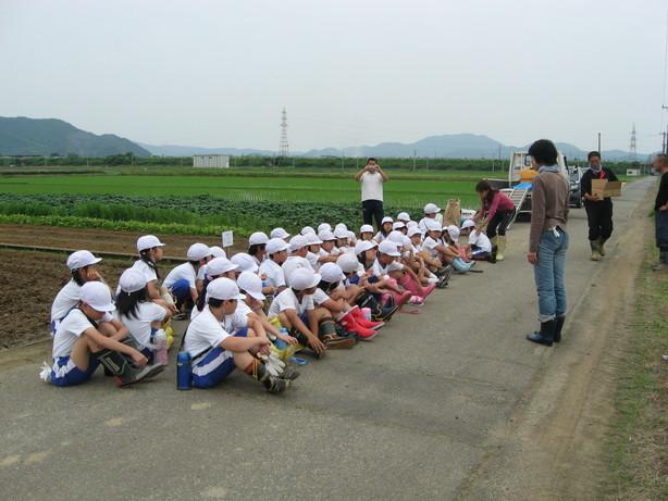 6月9日 種まき(北新庄小学校3年生の子供たち)_e0061225_7594880.jpg