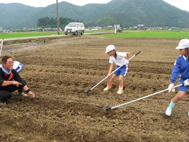 6月9日 種まき(北新庄小学校3年生の子供たち)_e0061225_805785.jpg