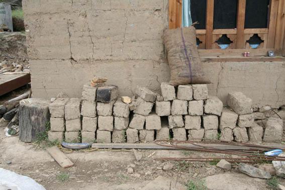 ブータン建築紀行15:工事中の民家 1_e0054299_10414954.jpg