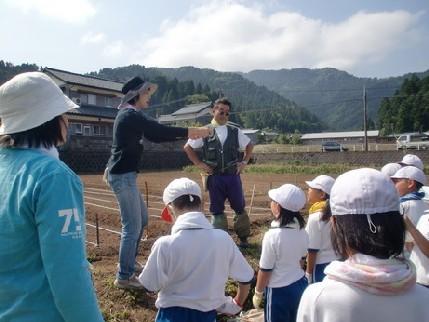 6月15日 種まき(服間小学校4年生の子供たち)_e0061225_852547.jpg