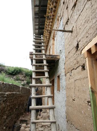 ブータン建築紀行15:工事中の民家 1_e0054299_8353114.jpg