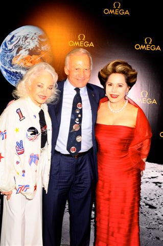 オメガ月着陸40周年記念パーティにデヴィ夫人らが出席_f0039351_1163344.jpg