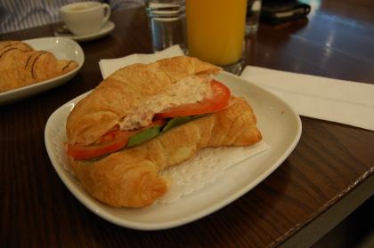 スモークサーモンのクロワッサンサンド食べました「Blue Tree Cafe」_d0129786_1423268.jpg