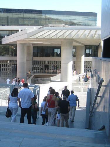 新アクロポリス博物館敷地内で昼寝するコスタ_f0037264_172947100.jpg