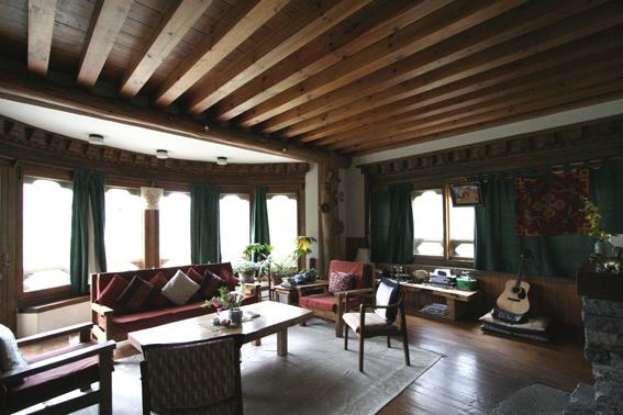 ブータン建築紀行 22:建築家 金子さん3 :高官の家の室内_e0054299_184244100.jpg