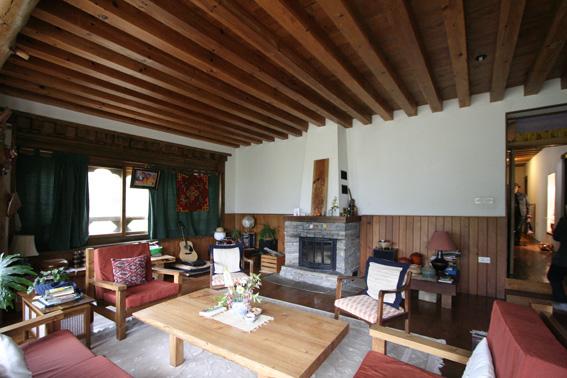 ブータン建築紀行 22:建築家 金子さん3 :高官の家の室内_e0054299_18425783.jpg