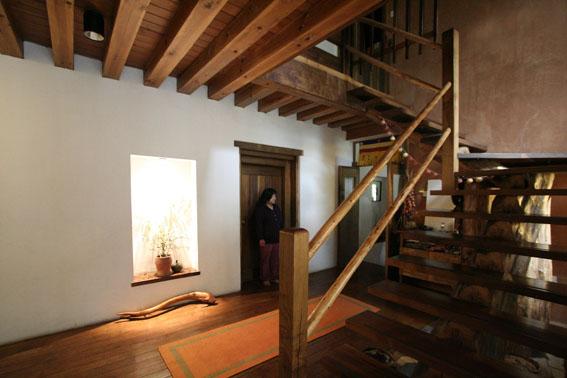 ブータン建築紀行 22:建築家 金子さん3 :高官の家の室内_e0054299_1843219.jpg