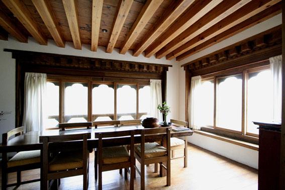 ブータン建築紀行 22:建築家 金子さん3 :高官の家の室内_e0054299_18433749.jpg