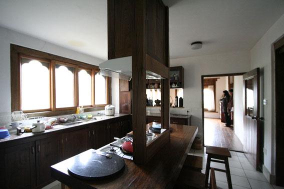 ブータン建築紀行 22:建築家 金子さん3 :高官の家の室内_e0054299_18434689.jpg