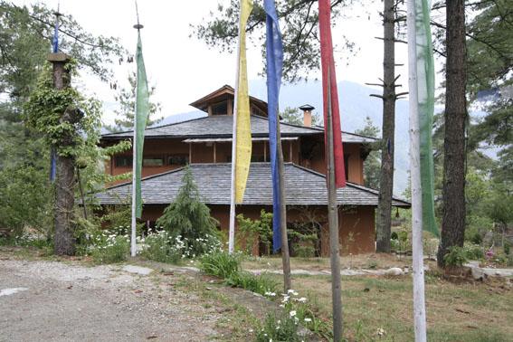 ブータン建築紀行 21:建築家 金子さん 2:高官の家の外観_e0054299_1855664.jpg