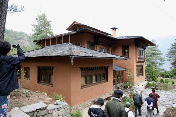 ブータン建築紀行 21:建築家 金子さん 2:高官の家の外観_e0054299_1861744.jpg