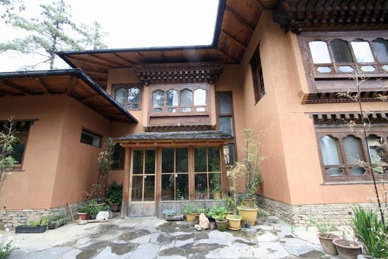 ブータン建築紀行 21:建築家 金子さん 2:高官の家の外観_e0054299_1862870.jpg