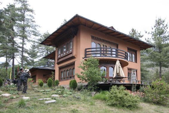 ブータン建築紀行 21:建築家 金子さん 2:高官の家の外観_e0054299_1863976.jpg