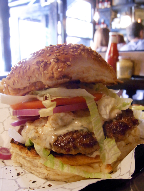 いい感じのバーっぽいハンバーガー屋さん Black Iron Burger Shop_b0007805_1329496.jpg