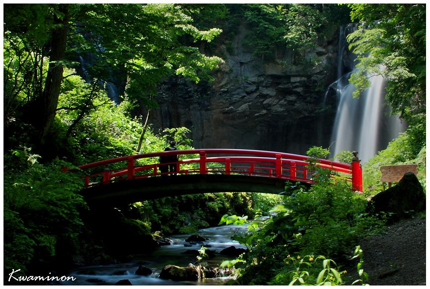 滝を見つめる二人。_a0103257_10565794.jpg