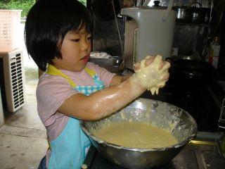 お好み焼きを作るマコちゃん_e0166301_2411570.jpg