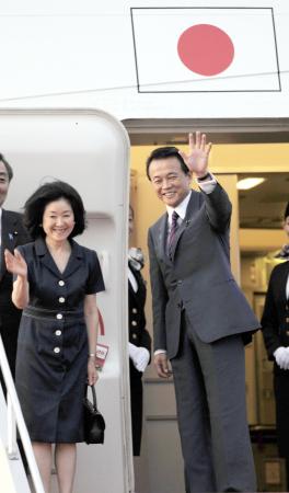 麻生太郎前首相夫人千賀子さんを...