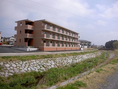 ドムス前山と谷津田川