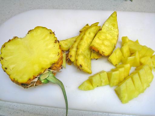 収穫して冷やしておいたパイナップルを切る