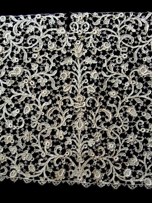 小さな薔薇、茎、植物が絡み合ってシメントリーにルネサンス模様を作っていま... パァジュ ド マ