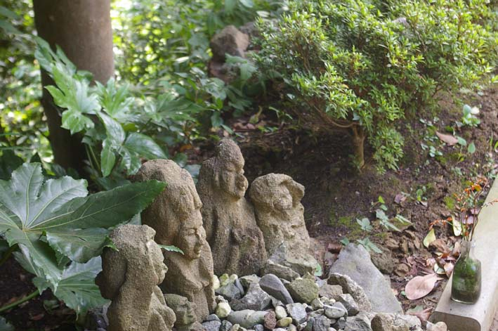 不可解、また消えてしまった晏侶さんの石像(〇〇観音)_c0014967_4382225.jpg