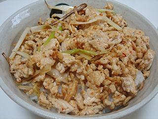 ピリ辛鶏そぼろご飯と鶏卵スープ_c0025217_18274432.jpg