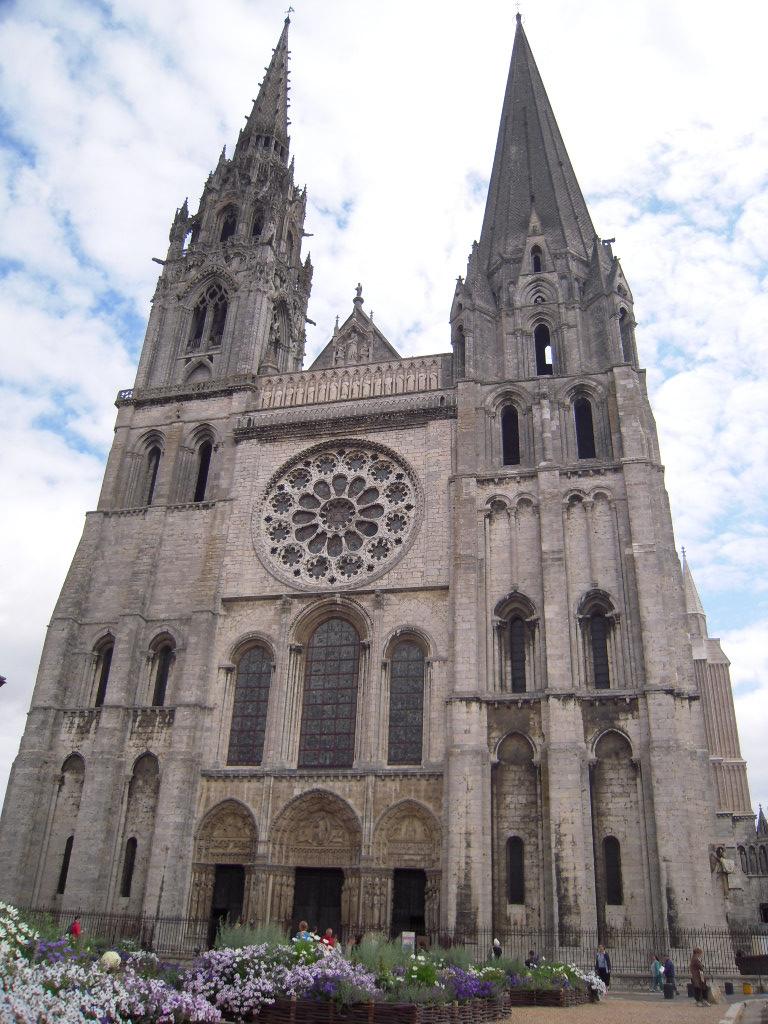シャルトル大聖堂では、丁度ミサが始まるところでした!!凄く厳かな雰囲気で... cathédra