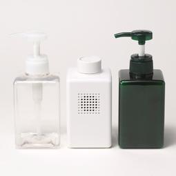 無印良品 防水ラジオとシャンプーボトル