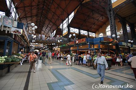 中央市場で朝ご飯 ハンガリー旅行4_c0024345_1725231.jpg
