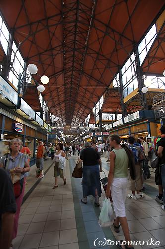 中央市場で朝ご飯 ハンガリー旅行4_c0024345_1725418.jpg