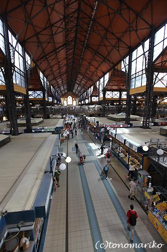 中央市場で朝ご飯 ハンガリー旅行4_c0024345_1726343.jpg