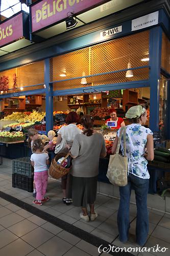 中央市場で朝ご飯 ハンガリー旅行4_c0024345_1726536.jpg