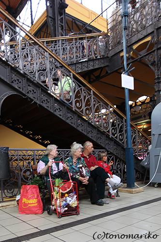 中央市場で朝ご飯 ハンガリー旅行4_c0024345_17271336.jpg