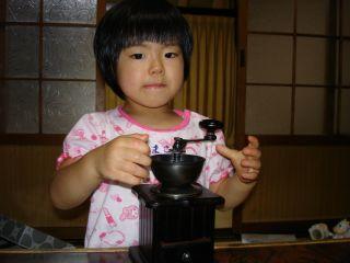 コーヒーミルを使いこなすマコちゃん!_e0166301_8442283.jpg