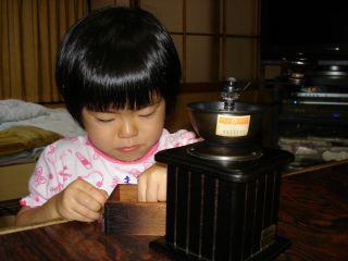 コーヒーミルを使いこなすマコちゃん!_e0166301_8445537.jpg