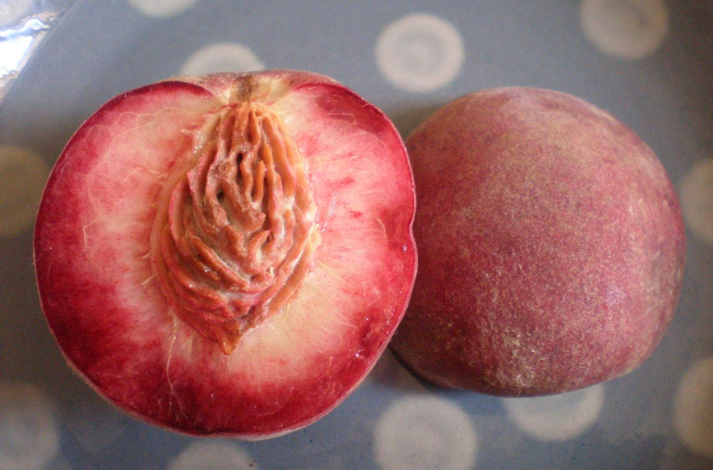 で、今がシーズン。パリでは今「白い桃」「黄色の桃」そしてこの「赤い桃」の... 赤い桃、pech