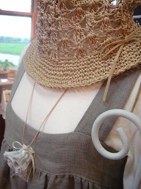 ラフィアの帽子とリネンガーゼのエプロンワンピ_e0086738_0363817.jpg