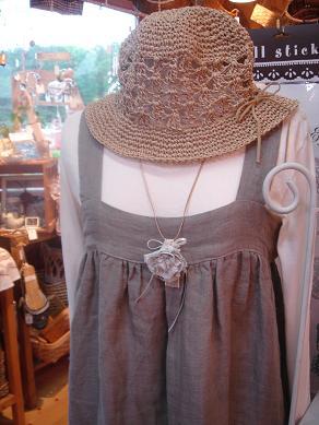 ラフィアの帽子とリネンガーゼのエプロンワンピ_e0086738_0365686.jpg