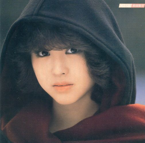 黒いパーカーを被って切ない表情で見つめる松田聖子
