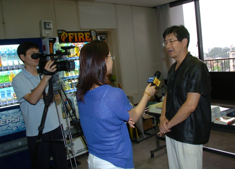 新華社記者の漢語角動画報道 8月3日付のインターネットテレビ_d0027795_0101892.jpg