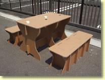 ダンボール製のテーブルと椅子_e0189870_19303673.jpg