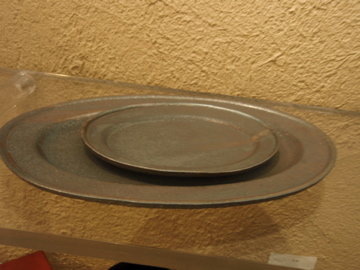 山本哲也さんの金属のような皿_b0132442_1818143.jpg
