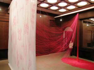 手塚愛子さんの大きな布に糸で描かれた作品