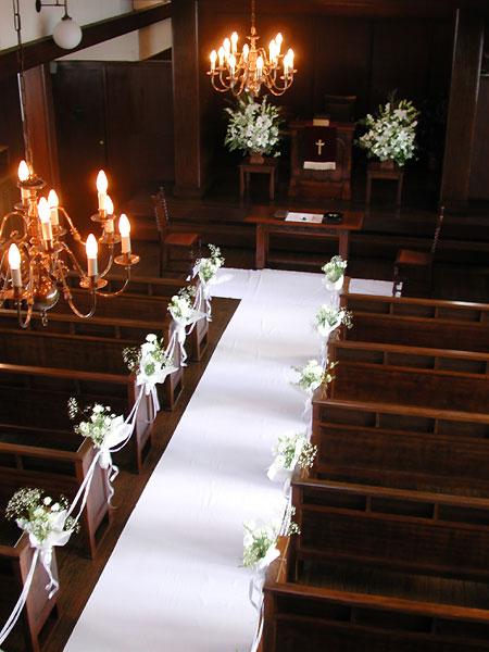 高輪教会 装花1 *ヴァージンロード厳かな空気と祭壇の花_a0115684_2005850.jpg